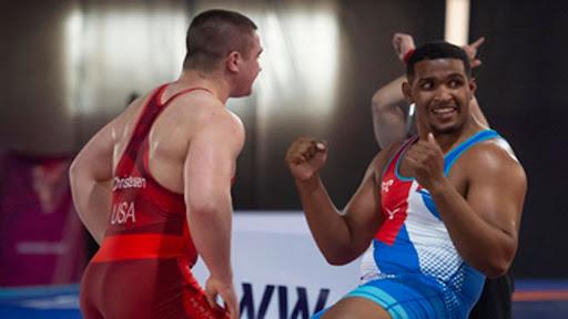 Jeisser Sampsom (derecha)  mereció en Oaxtepec la distinción Botín de Oro como mejor luchador greco del torneo.