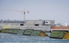 Compuertas hidráulicas en Venecia del sistema para contener inundaciones con 78 barreras inflables, 10 de julio de 2020. Foto: Claudio Furlan/LaPresse / AP