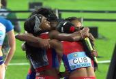 El abrazo, la mejor imagen del trabajo colectivo y la gloria. Fotos: World athletics