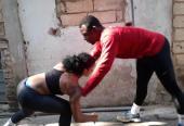 La chiqui trabaja los ejercicios de fuerza en pareja con su novio y también gladiador Frnaklin Marén.