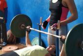 Mejorar los parámetros de fuerza es crucial en las aspiraciones de Elisbet, quien entrena con Andrea Becali de pareja en el gimnnasio.