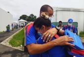 Un abrazo de vergüenza deportiva entre los pistoleros Laina pérezy Jorge Grau. Foto: cortesía del colega Raúl Rodríguez.