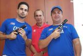 los pistoleros mantienen las indicaciones de su entrenador Meinardo Torres (al centro) con la pistoa como una extensión de su brazo.