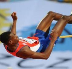 Zayas exhibe 2.33 metros como mejor marca personal, lograda precisamente en pista cubierta.