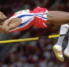 """La primera de las seis primacías mundiales logradas por el llamado """"Príncipe de las Alturas"""" fue establecida un día como hoy, el 19 de mayo de 1984, en el estadio Pedro Marrero, de La Habana, durante el Memorial Barrientos, la principal competencia del atletismo en Cuba."""