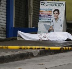 Fallecido por coronavirus, abandonado a las puertas de un centro médico de Guayaquil. / EFE / DIARIO EXPRESO