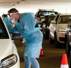Personal sanitario realiza tests de coronavirus en Melbourne, Australia, 25 de junio de 2020.Daniel Pockett / Reuters