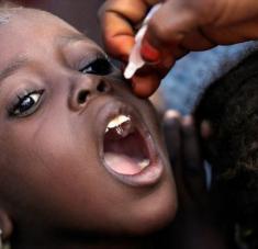 Un funcionario de Salud administra una vacuna contra la polio a un niño en un campamento en Nigeria. Foto: AP