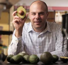 Científicos de EE.UU. y Canadá han encontrado un compuesto de la fruta con la capacidad de inhibir una enzima que promueve el crecimiento de las células malignas de la leucemia. Foto: El investigador Paul SpagnuoloUniversity of Guelph.