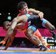 Andreu no pudo, por más que intentó, descifrar la defensa y explosividad de Takahashi. foto: United world Wrestling.
