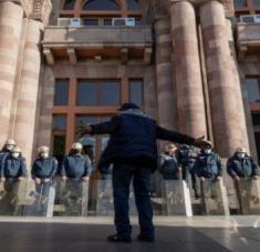 Fuerzas de seguridad custodian edificios gubernamentales en la capital armenia, Ereván. | Foto: Al Jazeera