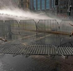 Las fuerzas policiales arremetieron contra la multitud empleando chorros de agua a presión y bombas lacrimógenas. Foto: Agencia Uno