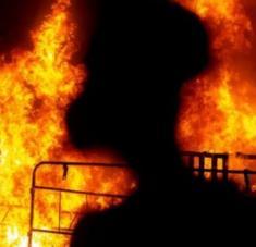 Luego de controlar el incendio, las autoridades comenzaron las investigaciones para determinar qué originó el fuego. Foto: Reuters