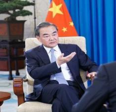 El canciller de China, Wang Yi, recalcó que su país continuará defendiendo un mundo más equitativo, justo, democrático, limpio, inclusivo, con paz duradera y prosperidad común. Foto: Xinhua