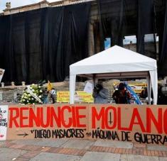 Antes del debate contra Diego Molano, decenas de personas se manifestaron en la Plaza de Bolívar de Bogotá. Foto: EFE