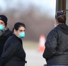 Los trabajadores observan primer punto de control de un sitio de prueba de detección de coronavirus, en Nueva York, 17 de marzo de 2020. Foto: AFP
