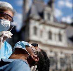 """Los especialistas consideran este escenario como el """"más probable"""", a menos que los gobiernos reconsideren la flexibilización de medidas diseñadas para mitigar la propagación del coronavirus. Foto: Reuters."""
