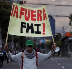 Los acuerdos con el FMI han implicado nuevos planes de austeridad y recortes sociales, que han estado seguidos de protestas populares. Foto: EFE
