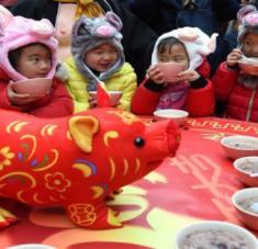 En el festival Laba chino, que se lleva a cabo el octavo día del duodécimo mes del calendario lunar, se rememora el platillo que una pastora ofreció a Sakyamuni. Foto: EFE