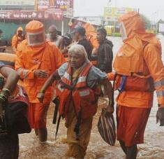 Socorristas atienden a las personas damnificadas por las fuertes lluvias que azotan el oeste del país. Foto: AP