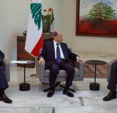 El presidente libanés (centro) se reúne con el premier designado Mustafa Adib (dcha.) y el presidente del Parlamento, Beirut, 31 de agosto de 2020. Foto: AFP.
