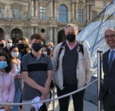 El director-presidente del Louvre recibió a los primeros visitantes. | Foto: Twitter @MuseeLouvre