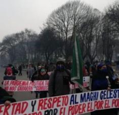 Este lunes cerca de 60 personas realizaron una marcha por las calles de Temuco en apoyo al machi Córdova. Foto: RBB
