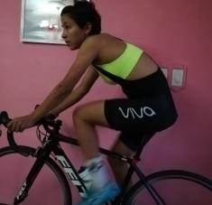 Marlies busca los momentos libres para subirse a la bicicleta y pedalear en casa. Fotos: Cortesía de la entrevistada.