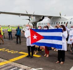 Delegación de médicos cubanos en isla caribeña de Martinica, parte de programa de asistencia médica en medio de COVID-19, 26 de junio de 2020. Foto: AFP