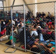 Migrantes detenidos en celdas muy pequeñas en Texas, EE.UU.