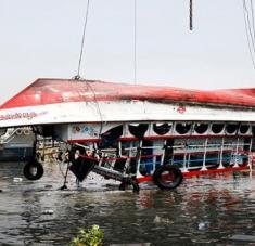 La policía de Bangladesh investiga las causas del accidente mientras se mantiene la búsqueda de desaparecidos. Foto: EFE