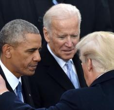 El presidente de EE.UU., Donald Trump (C), habla con el expresidente Barack Obama (izq.) y Joe Biden en Washington, 20 de enero de 2017. Foto: AFP
