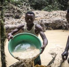 Según estimaciones del Instituto Federal de Geociencias y Recursos Naturales de Alemania, los mineros artesanales producen de 15 a 22 toneladas de oro al año en el país.
