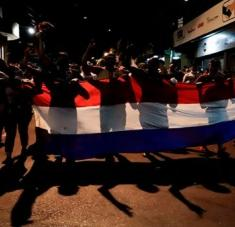 Los manifestantes portaban pancartas y lanzaron consignas pidiendo la renuncia del presidente, del vicepresidente y de todo el Gabinete de Gobierno.  Foto: EFE