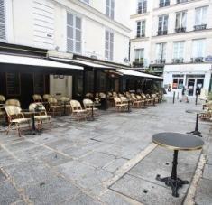 Ante el avance de la Covid-19, la Alcaldía de París declaró el cierre total de los bares, clubes deportivos y piscinas. Foto: EFE