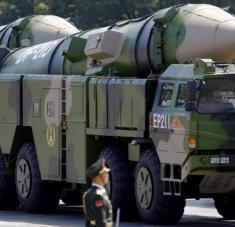 Varios vehículos lanzamisiles balísticos del Ejército de China, modelo Dongfeng-21D, participan en una marcha militar celebrada en Pekín, capital china.
