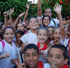 A apoyar y cumplir estrictamente las medidas sanitarias instó Morfa González y concluyó su mensaje con un ¡Quédate en casa! y, pulgar en alto, Buena esa!, frase que identifica una campaña de la Juventud Comunista.