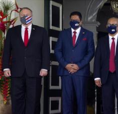 El secretario de Estado de EE.UU., Mike Pompeo (izqda.), y el presidente surinamés, Chan Santokhi (C), en Paramaribo, 17 de septiembre de 2020. Foto: AFP