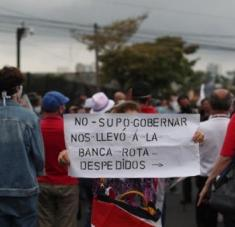 Los manifestantes usaron una manta gigante con la foto del mandatario para invitarlo a renunciar. Foto: Twitter @Noticias_crc