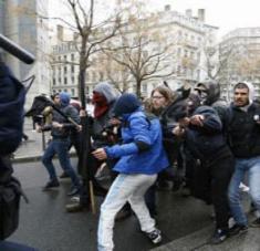 Alrededor de las 16:00 (hora local), los manifestantes comenzaron a arrojar piedras contra los agentes de Policía, después de lo cual se produjeron choques entre ambos bandos.