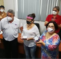 Directora de Radio Habana Cuba recibe el Sello 801 aniversario de la CTC.