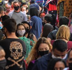 """En medio de esta tragedia nacional, el gobierno de Jair Bolsonaro sigue relativizando el virus y abogando por la """"vuelta al trabajo"""". Foto: AFP."""