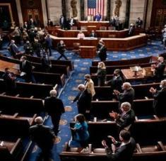 Tras más de 12 horas de bloqueo, los senadores dieron el visto bueno al plan de rescate de Joe Biden. Foto: Reuters
