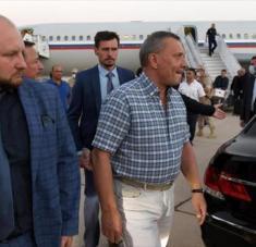 Una delegación rusa, encabezada por el vice primer ministro Yuri Borísov (dcha.) arriba en aeropuerto internacional de Damasco, Siria, 6 de septiembre de 2020.