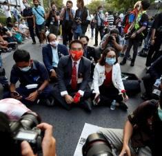 Mientras los ciudadanos protestaban, al interior del edificio parlamentario se desarrollaba un debate sobre una moción de censura contra el Gobierno. Foto: EFE