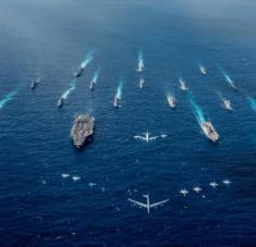 El portaviones USS Ronald Reagan y los destructores portahelicópteros de clase Hyuga durante un ejercicio en el mar de la China meridional.