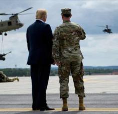 El presidente de EE.UU., Donald Trump, supervisa un ejercicio militar de las fuerzas estadounidenses.