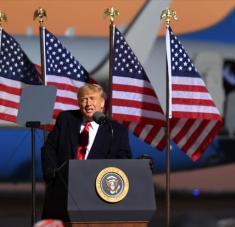 El presidente de EE.UU., Donald Trump, en un mitin electoral en el aeropuerto de Rochester, Minnesota, el 30 de octubre de 2020. Foto: AFP