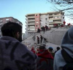 El alcalde de la ciudad turca de Esmirna, Tunc Soyer, estimó que alrededor de 180 personas todavía permanecen bajo los escombros. Foto: EFE