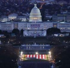 La explanada que, de manera hbaitual, acoge a varios miles de personas para la inauguración presidencial, este año acoge casi 200.000 banderas debido a las restricciones por la Covid-19 y las amenzas de seguridad. Foto: Twitter: Muriel Bowser